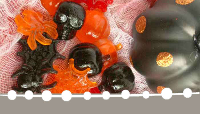 Learn how to make homemade Halloween gummies and get free printable treat bag toppers from www.hunnyimhomediy.com #Halloween #Halloween2017 #gummies